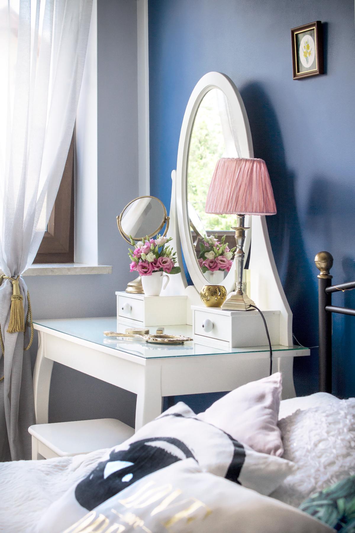 06-dark-blue-vintage-bedroom