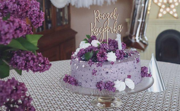 Lekki fioletowy tort jagodowy z bzem lilak